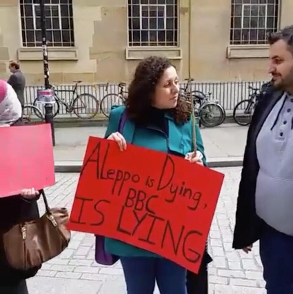 """ناشطون أمام مبنى """"BBC"""" في لندن 2 أيار 2016"""