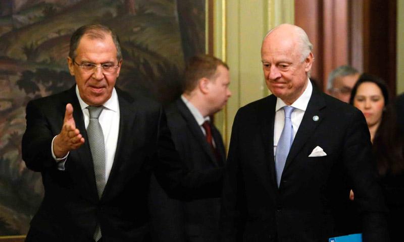 وزير الخارجية الروسي، سيرغي لافروف، إلى جانب المبعوث الأممي، ستيفان دي ميستورا.