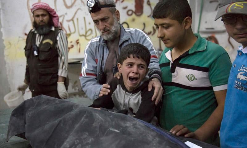 طفل يبكي على فقيد في حلب - 27 نيسان 2016 (AFP)