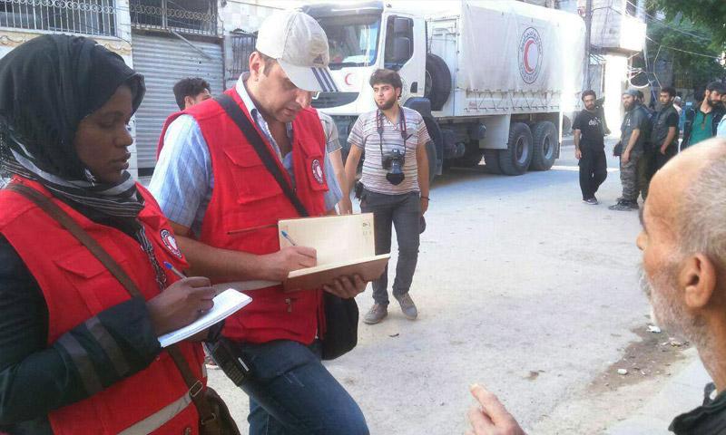 وفد الصليب الأحمر في مدينة حرستا 18 أيار 2016 (إنترنت)