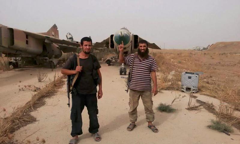 """تعبيرية: مقاتلو """"النصرة"""" داخل مطار أبو الظهور العسكري شرق إدلب - أيلول 2015"""