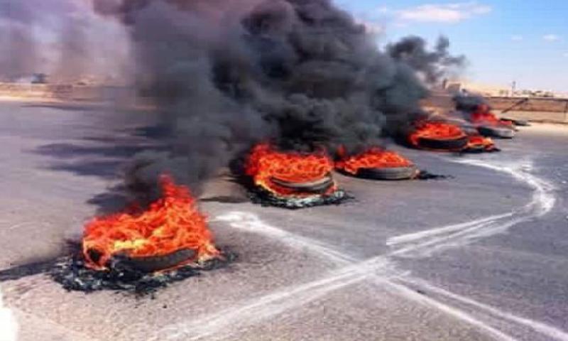 صورة أرشيفية لإحراق إطارات على الأوتستراد الدولي في سراقب.