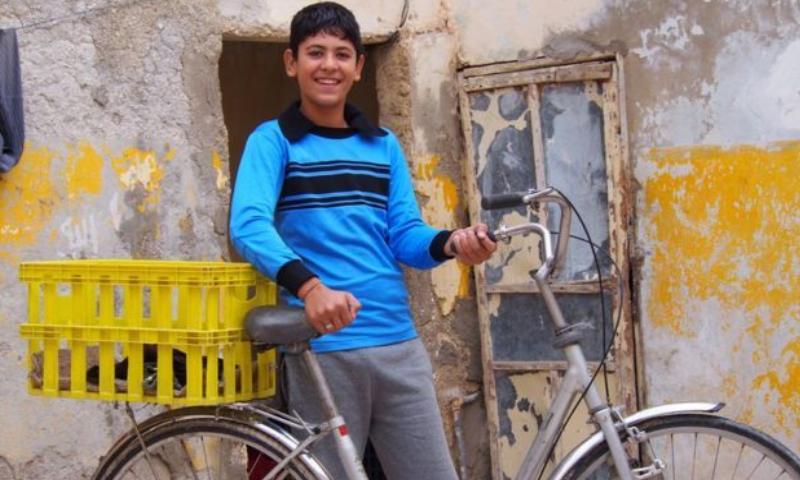 طفل سوري (14 عامًا) يجمع العلب والزجاجات البلاستيكية في مدينة المفرق بالاردن (BBC)