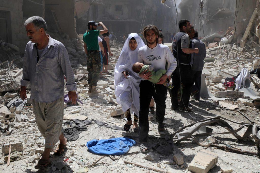 عائلة في مدينة حلب 28 نيسان 2016 (AFP)
