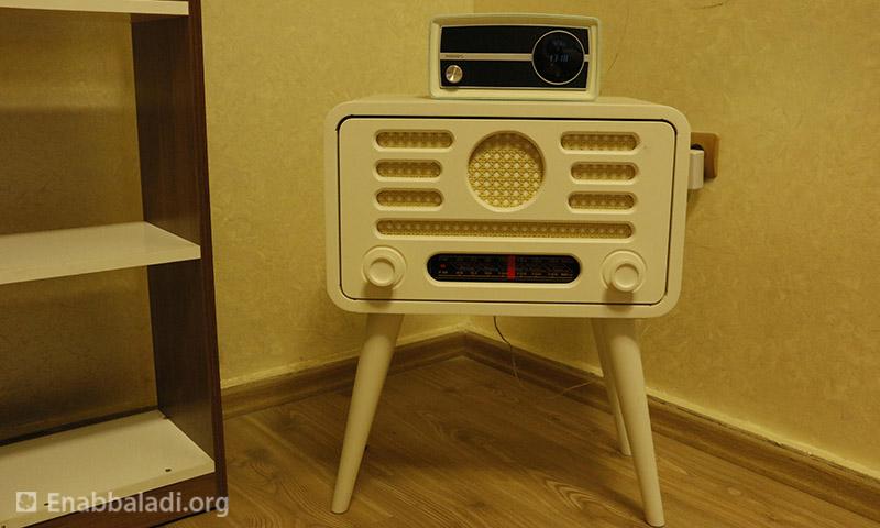راديو في إذاعة نسائم سوريا (عنب بلدي)