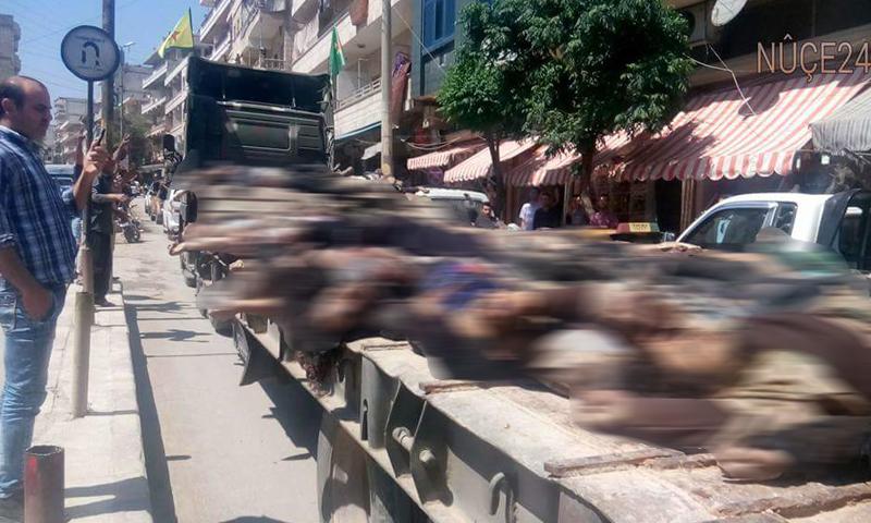 شاحنة محملة بجثث 60 قتيلًا من المعارضة في شوارع مدينة عفرين، 28 نيسان.