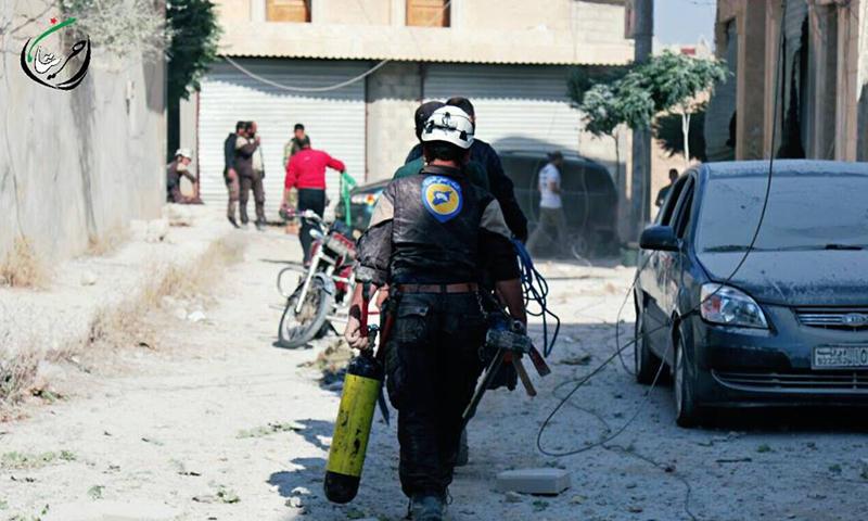 """""""الدفاع المدني"""" يساعد في إجلاء المدنيين في مدينة حريتان، الأربعاء 25 أيار."""