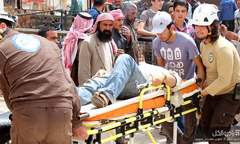 الدفاع المدني يخلي جرحى الغارات في مدينة سراقب، الخميس 26 أيار (راديو الكل).