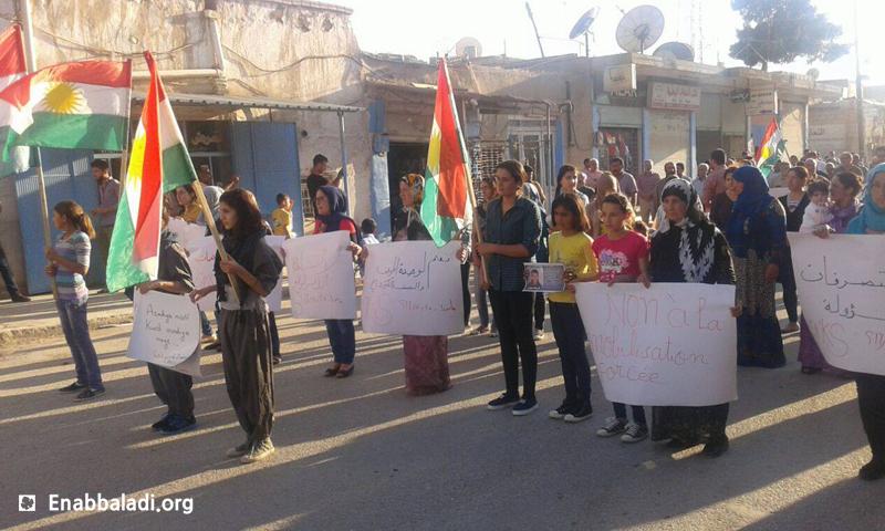 """ناشطون يعتصمون في مدينة عامودا احتجاجًا على ممارسات """"وحدات الحماية"""" الكردية، الأربعاء 25 أيار 2016 (عنب بلدي)."""