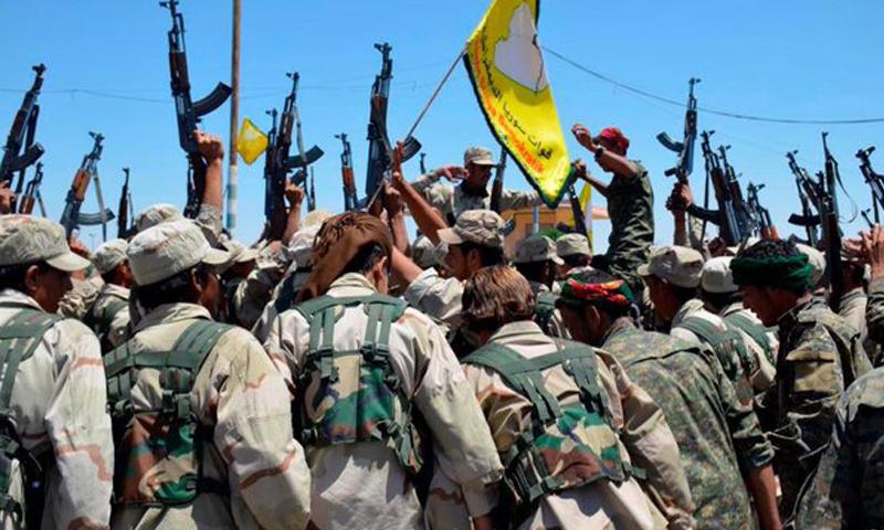 """شبان من بلدة الشدادي في ريف الحسكة، تطوعوا مؤخرًا في """"قوات سوريا الديمقراطية""""."""