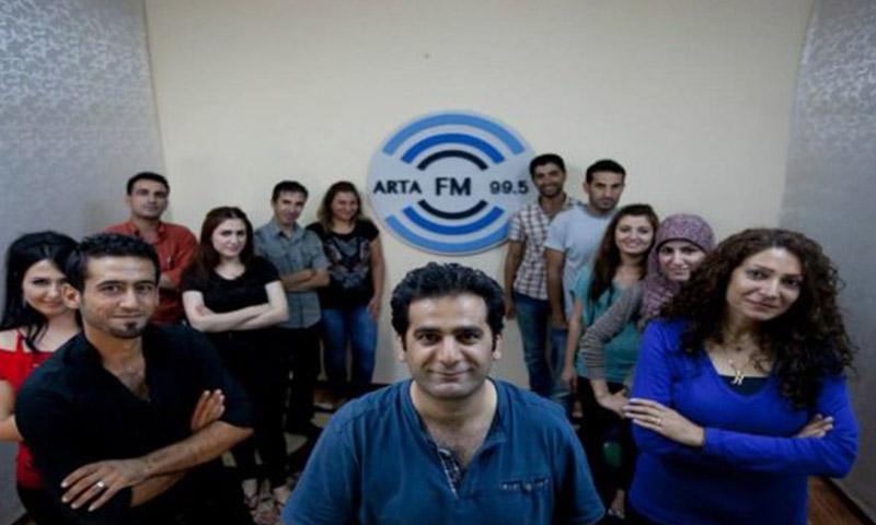 مدير إذاعة آرتا FM سيروان بيركو وطاقم العمل (إنترنت)
