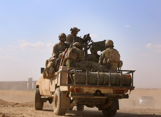 """جنود أمريكان في ريف الرقة إلى جانب قوات """"سوريا الديمقراطية"""" - 26 أيار 2016 (AFP)"""