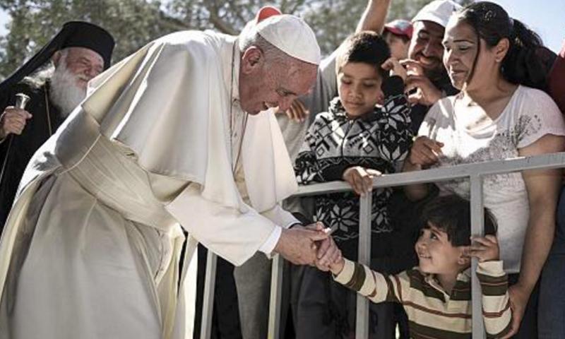 صورة أرشيفية لبابا الفاتيكان خلال زيارته جزيرة ليسبوس اليونانية، نيسان الماضي.