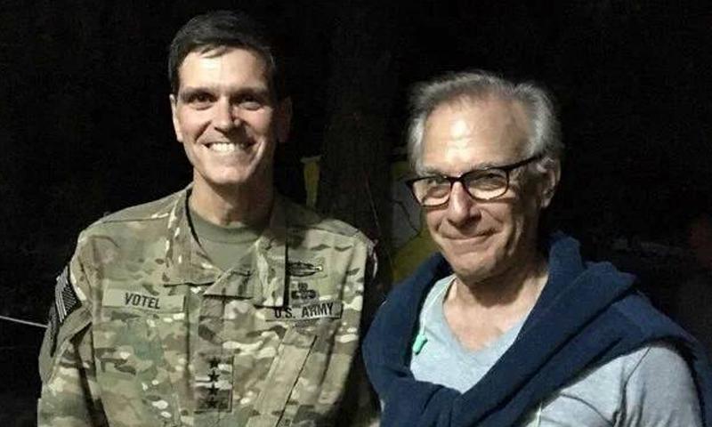 """بريت ماكفورك إلى جانب الجنرال جوزيف فوتيل، وخلفهما علم """"قوات سوريا الديمقراطية"""" (ناشطون)."""