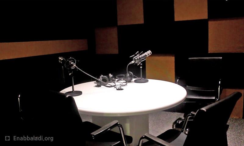 استديو في مكتب راديو حارة FM (عنب بلدي)