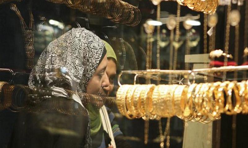 فتاتان أمام متجر للذهب في دمشق (إنترنت)