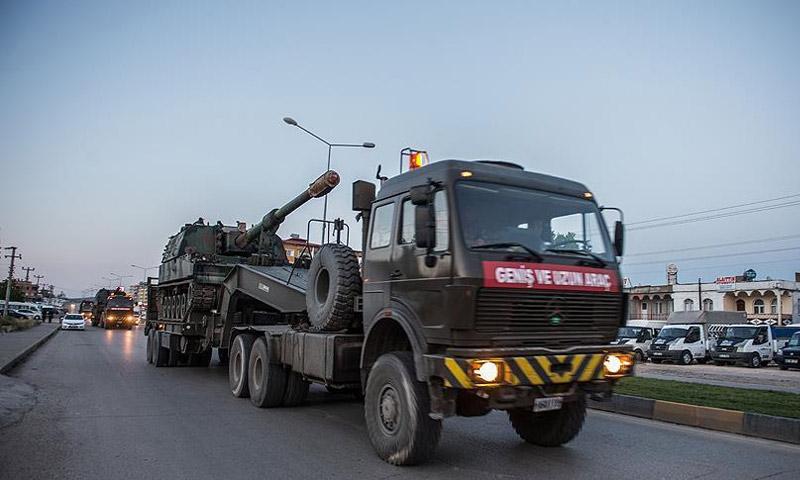 """مدفع """"العاصفة"""" مع تعزيزات عسكرية تركية إلى سوريا (الأناضول)"""