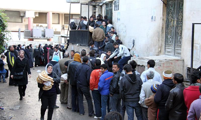 ازدحام المواطنين على أفرن الخبز في سوريا(انترنت)