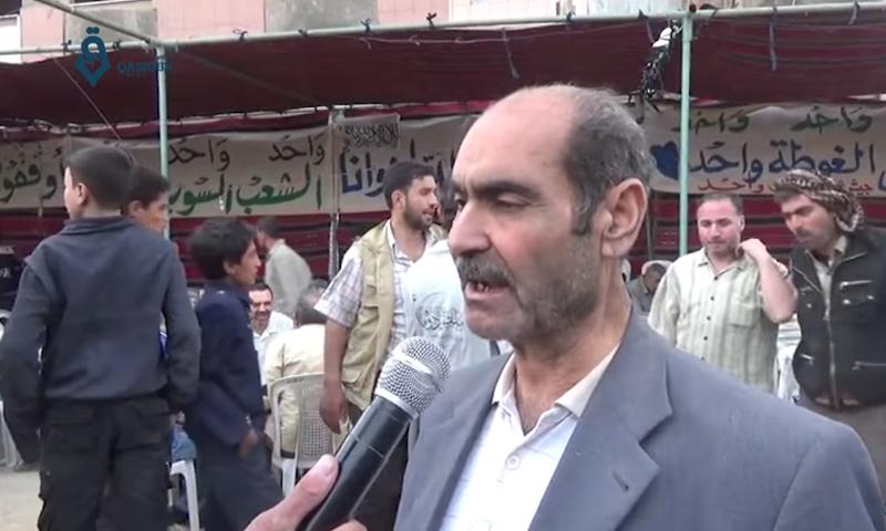 الأستاذ عزو فليطاني، أثناء اعتصام أهالي الغوطة الشرقية احتجاجًا على اقتتال الفصائل، الأربعاء 4 أيار (وكالة قاسيون).