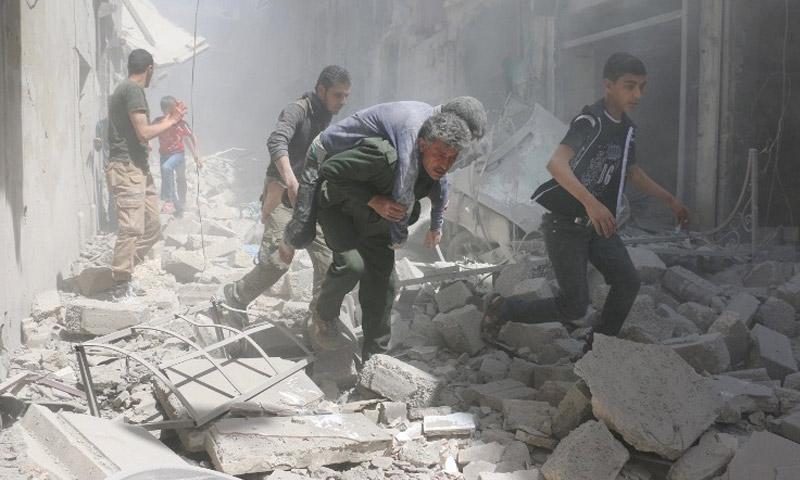 مدنييون تحت القصف في حي القطرجي الخاضع للمعارضة في حلب - 29 نيسان 2016 (عنب بلدي)