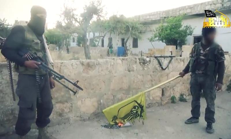 """مقاتلان من """"الحزب الإسلامي التركستاني"""" في بلدة خان طومان."""