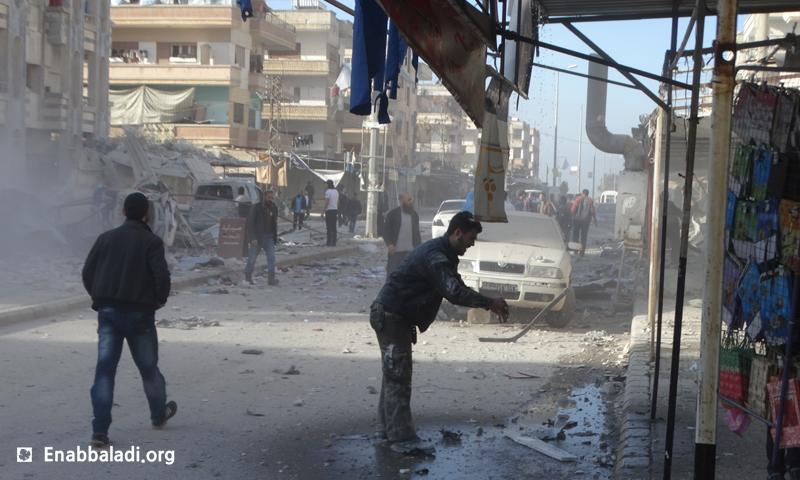 صورة أرشيفية لاستهداف حي الوعر من قبل النظام السوري (عنب بلدي).