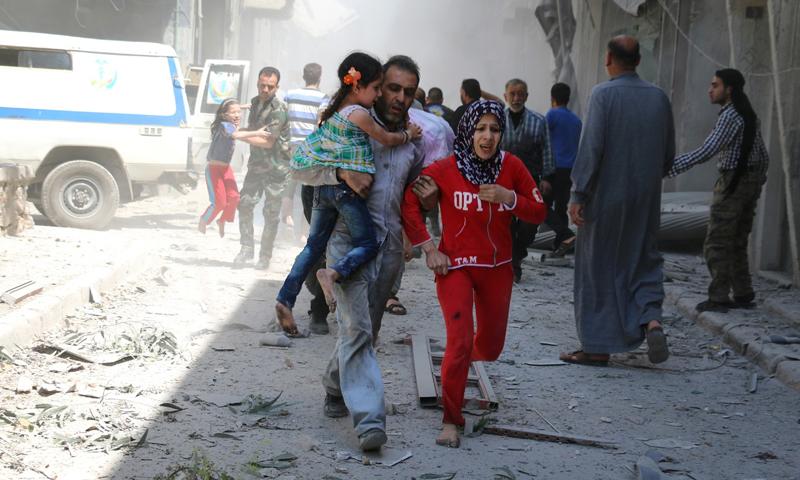 استهداف حي القاطرجي في مدينة حلب من قبل قوات الأسد، الجمعة 29 نيسان (AFP)