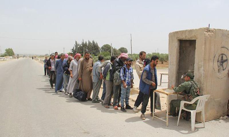 دخول عدد من نازحي الرقة إلى مدينة عفرين، الاثنين 23 أيار (فيس بوك).