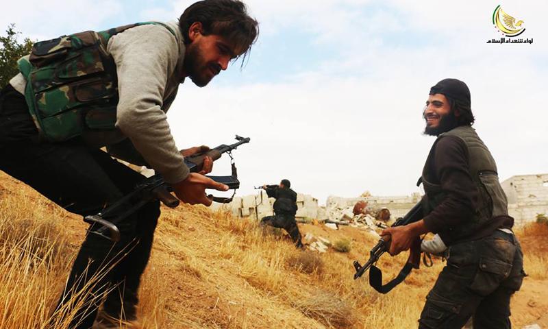 """مقاتلون من """"الجيش الحر"""" في داريا، الأحد 29 أيار (شهداء الإسلام)."""