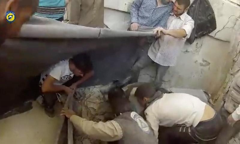 الدفاع المدني ينتشل جثث الضحايا في الرستن 18 أيار 2016 (فيسبوك)