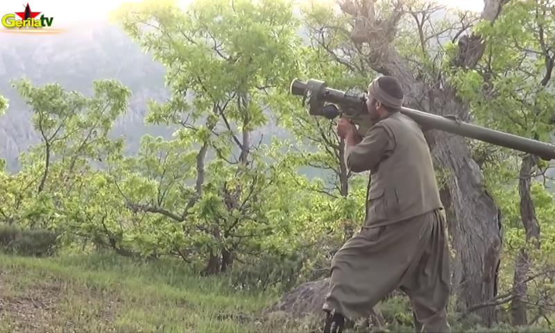 """استهداف مروحية تركية من قبل مقاتل في حزب """"العمال الكردستاني""""، الجمعة 13 أيار (يوتيوب)."""