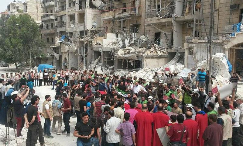 وقفة احتجاجية أمام مشفى القدس في مدينة حلب، الأحد 1 أيار.