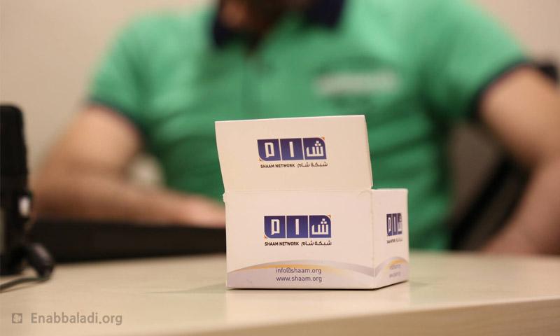 """بطاقات في مكتب شبكة """"شام"""" الإعلامية (عنب بلدي)"""