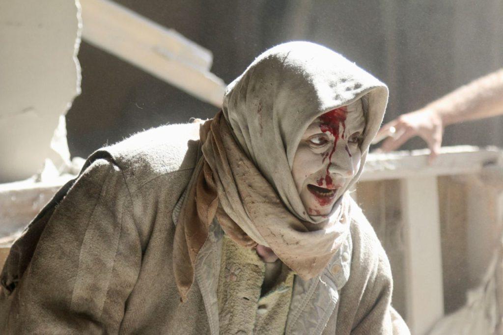 امرأة من مدينة حلب خرجت من تحت الأنقاض - 28 نيسان 2016