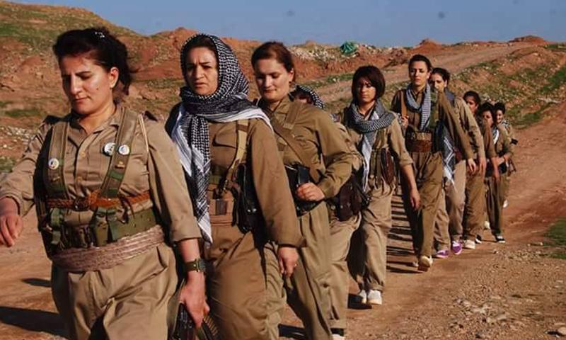 """نساء من """"بيشمركة"""" إيران، يشاركن في المعارك ضد القوات الإيرانية (وكالات)."""