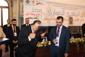أنس زريع إلى جانب عبد الستار السيد، وزير الأوقاف، في احتفالية الشهر الماضي.