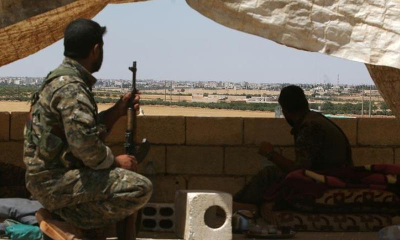 """مقاتلين من قوات """"سوريا الديمقراطية"""" على مشارف مدينة منبج شرق حلب - 13 حزيران الجاري (رويترز)"""