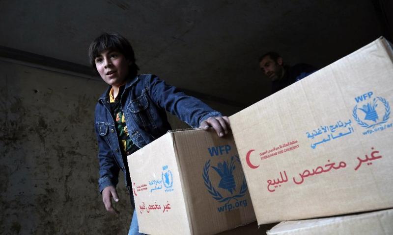 مساعدات الأمم المتحدة ألقيت على دير الزور أيار 2016 (AFP)
