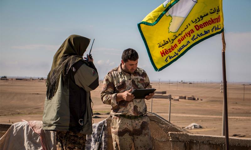 مقاتلون من قوات سوريا الديمقراطية قرب بلدة الهول في ريف الحسكة (رويترز)