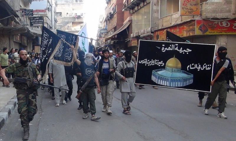 """تعبيرية"""" مقاتلون من """"جبهة فتح الشام"""" المنضوية في """"هيئة تحرير الشام"""" في مخيم اليرموك (إنترنت)"""