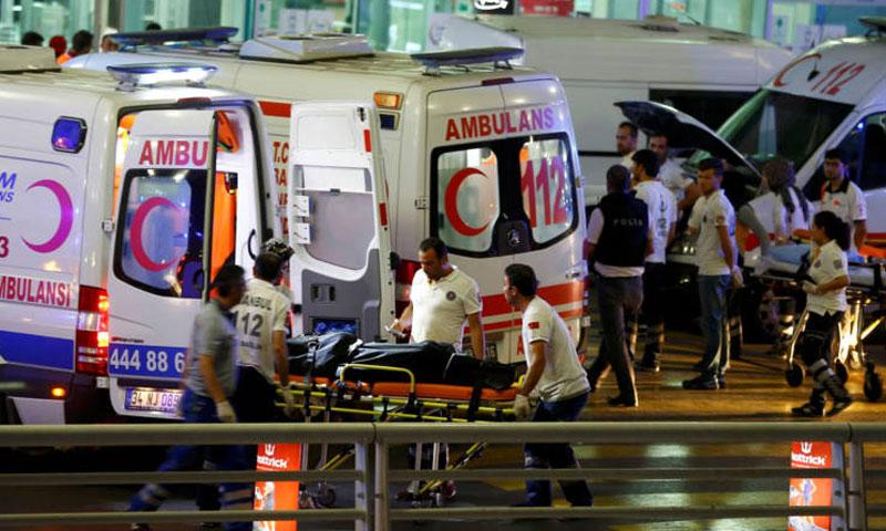 إخلاء الجرحى من مطار أتاتورك الدولي في اسطنبول- الثلاثاء 28 حزيران (وكالات)