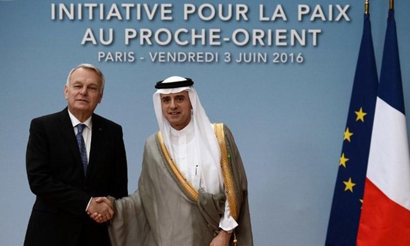 وزير الخارجية السعودي عادل الجبير يصافح نظيره الفرنسي جان مارك إيرولت في باريس (AFP)