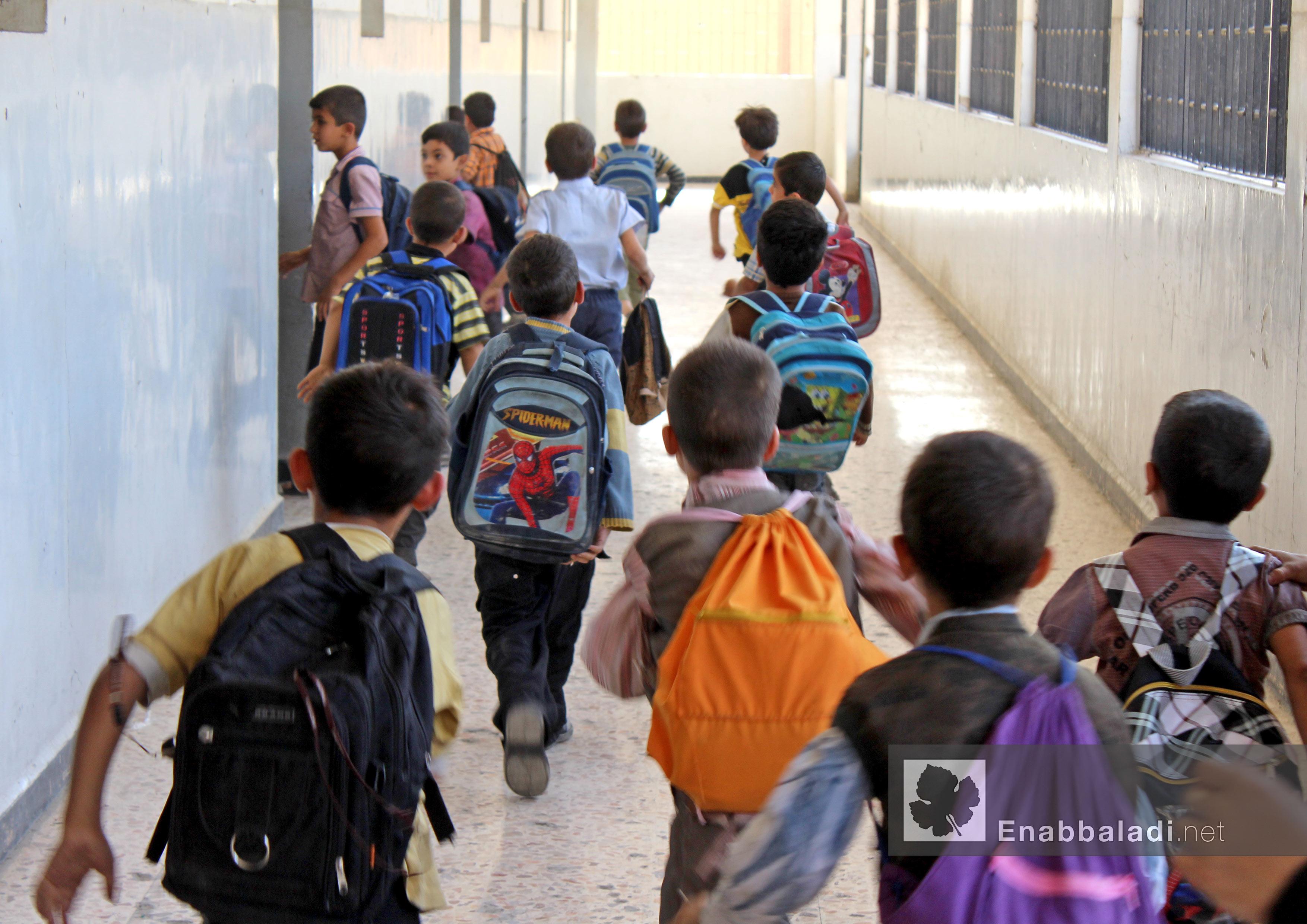 طلاب يتوجهون في مدرسة ابتدائية في الغوطة الشرقية بريف دمشق- 22 تشرين الأول 2015 - (عنب بلدي)