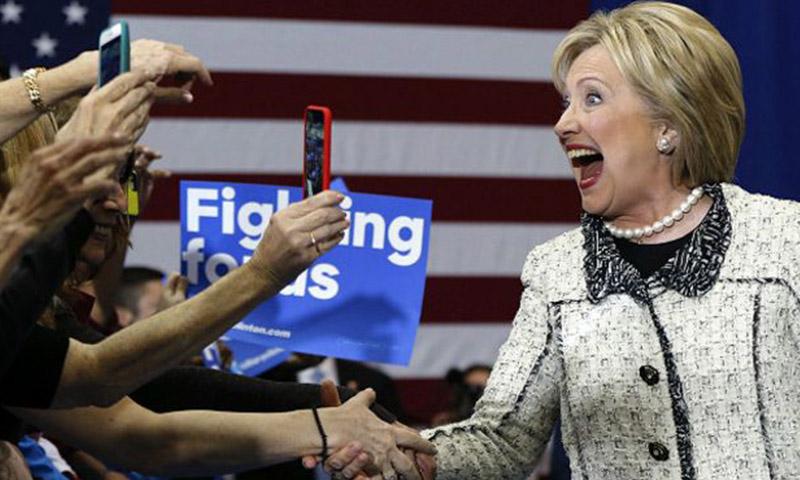 المرشحة الديمقراطية هيلاري كلينتون مع الناخبين - 6 حزيران 2016 (وكالات)