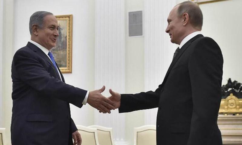 رئيس الوزراء الإسرائيلي، بنيامين نتنياهو يصافح الرئيس الروسي، فلاديمير بوتين، موسكو - 20 نيسان (AFP)