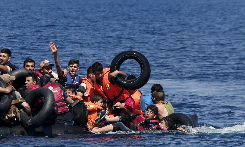 تعبيرية: لاجئون على متن قارب متجه إلى اليونان (إنترنت)