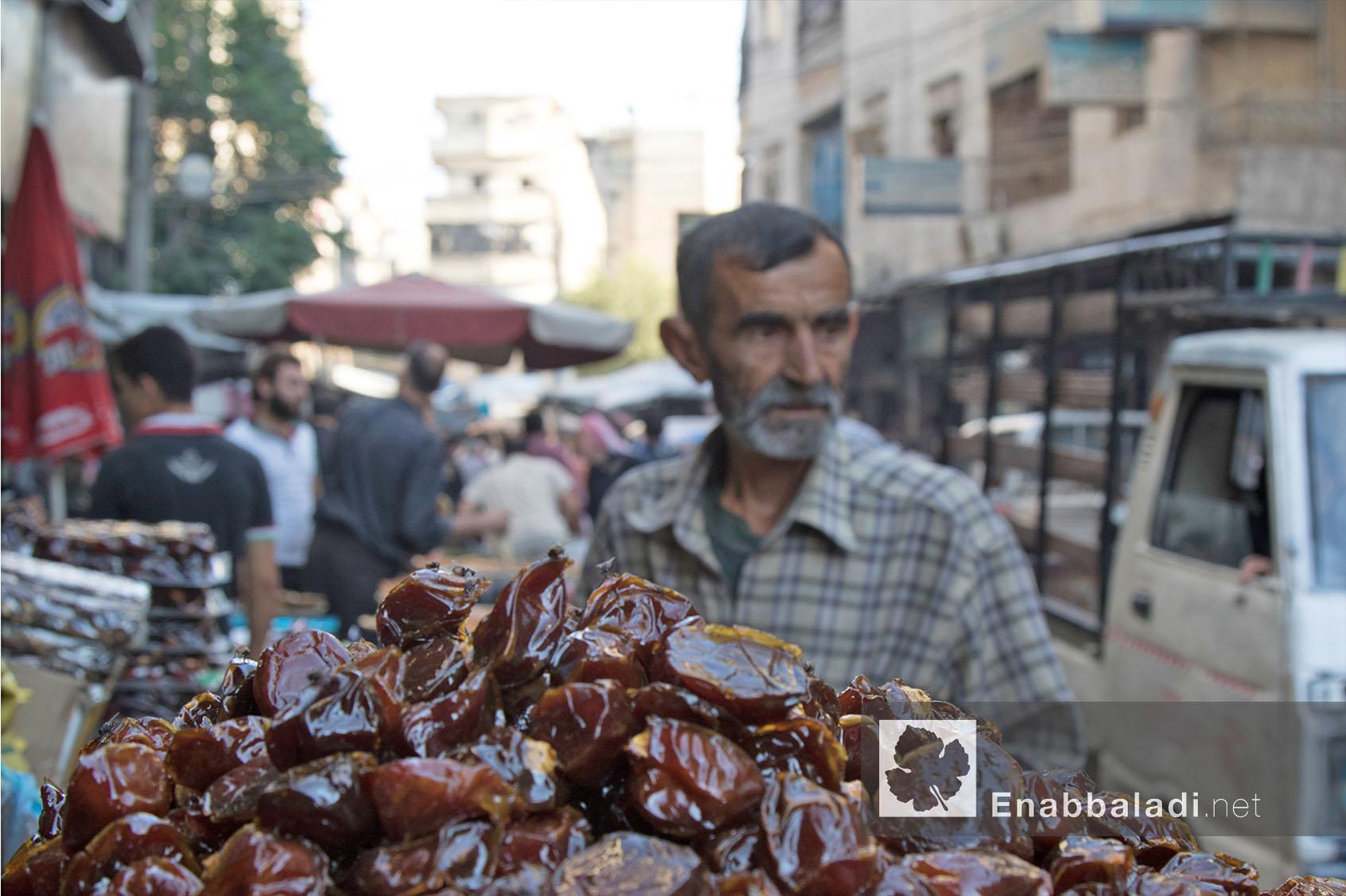 بائع تمر في مدينة حلب خلال رمضان - 13 حزيران 2016 - (عنب بلدي)