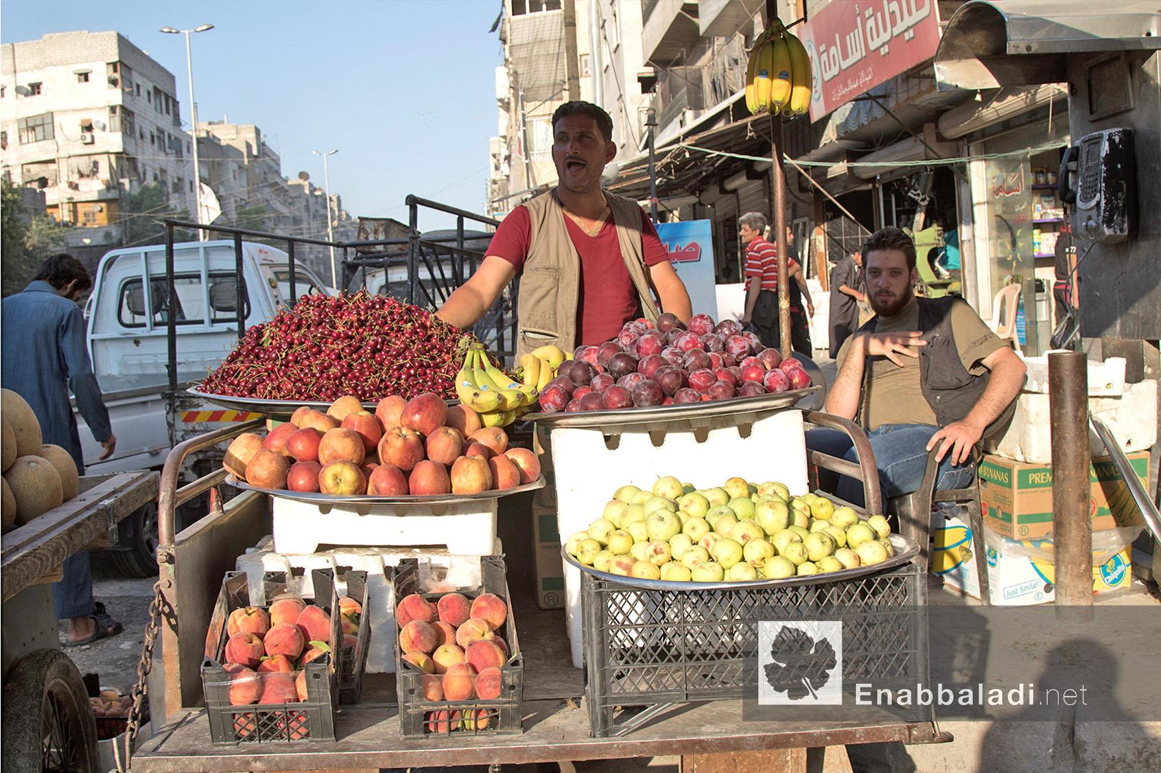 بائع فواكه في أحد أسواق مدينة حلب في رمضان - 13 حزيران 2016 - (عنب بلدي)