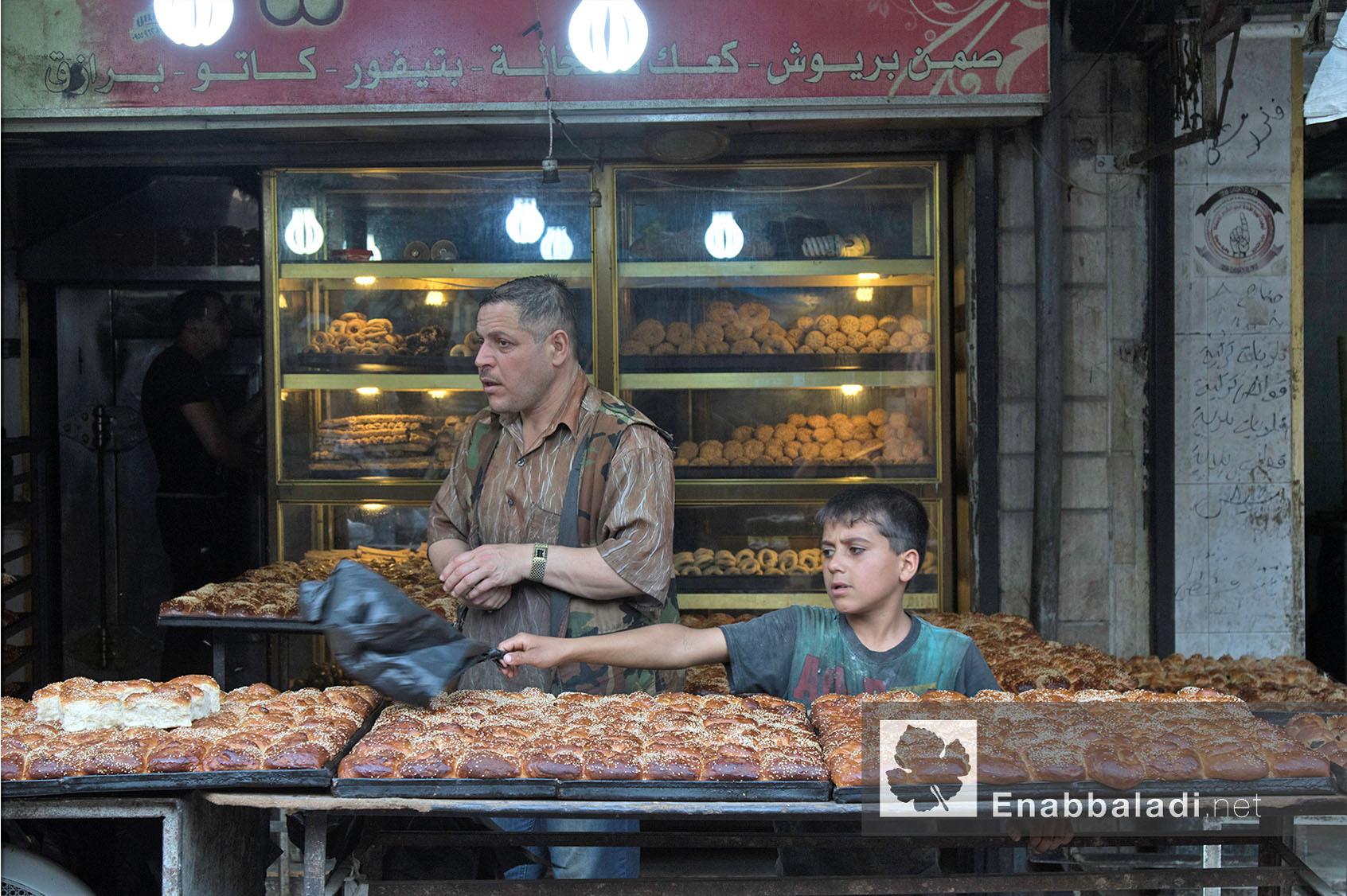 بائع معروك يساعده طفل في أحد أحياء مدينة حلب في رمضان - 13 حزيران 2016 - (عنب بلدي)