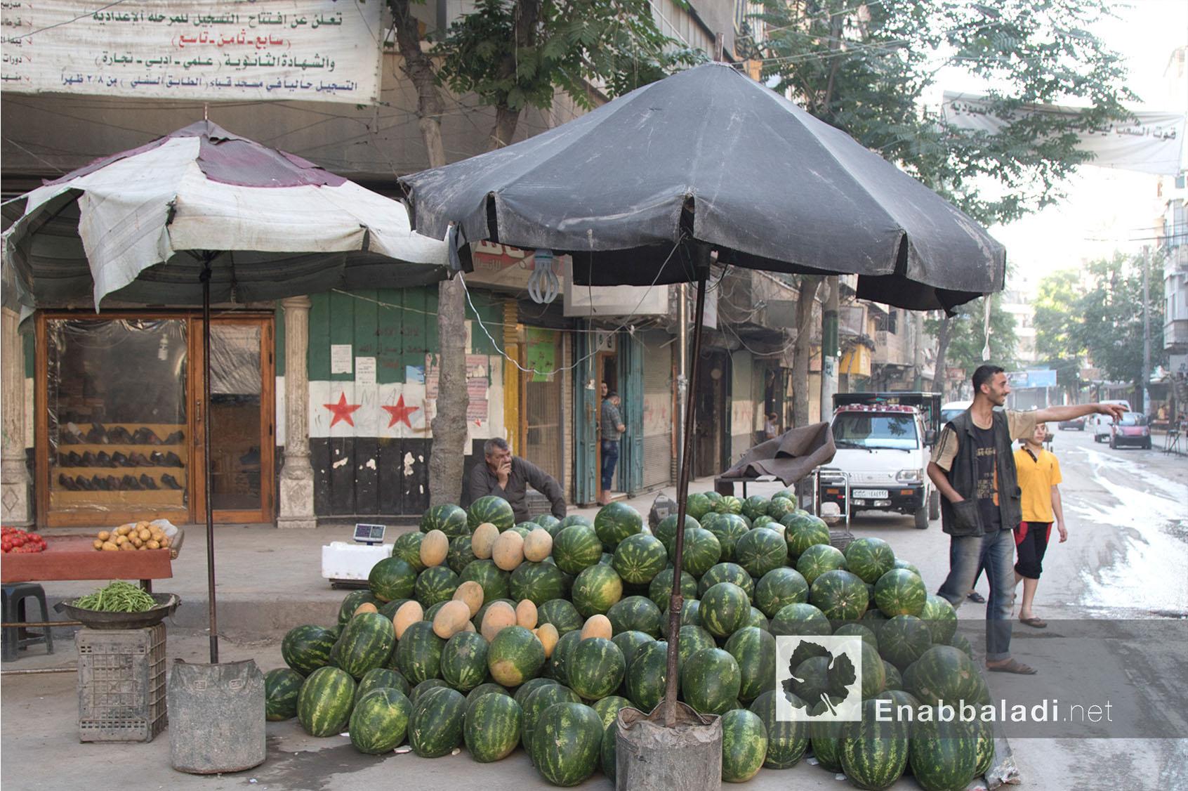 بسطة بطيخ في أحد أحياء حلب - 13 حزيران 2016 - (عنب بلدي)